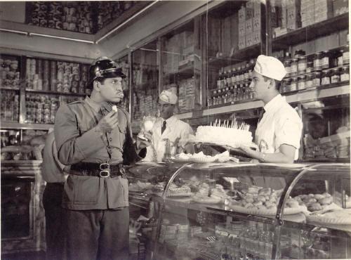 """Mulher de Verdade - 1953  Assistente de produção e ator (1º na foto acima) no filme  """"MULHER DE VERDADE"""", dirigido por  Alberto Cavalcante na Kino Filmes"""
