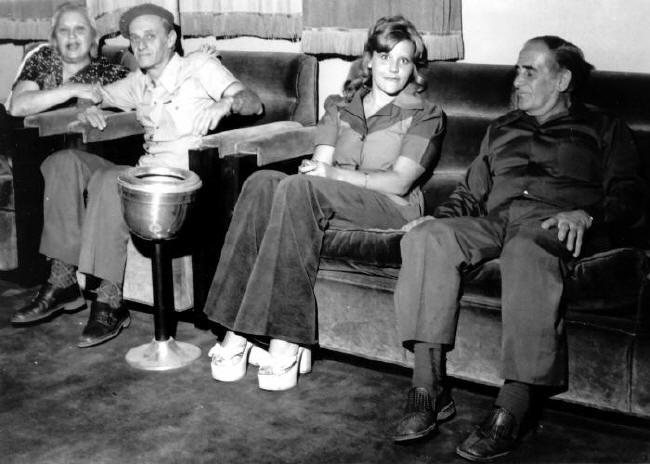Quando Elas Querem e Eles Não...  Bastidores das filmagens em São Lorenço - MG.  Da esquerda:  Wanda Marquetti, Cazaré.  Direita: Fernando Garcia, pai de Ary
