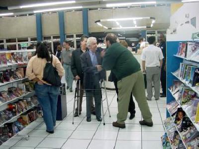 Noite de Autógrafos do Escritor Antônio Leão  Ary sendo cumprimentado por Rubens Edwald Filho