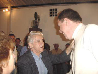 Noite de Autógrafos do Escritor Antônio Leão  O escrito Antônio Leão cumprimentando seu amigo Ary Fernandes