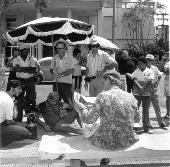 O Super Manso  De costas sentado, Cazaré. Ary sentado ao chão e equipe.  Filmagens realizadas no Guarujá