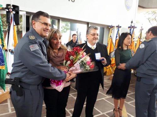 Familiares recebem a homenagem do Sub Comandante da Polícia Militar do Estado de São Paulo, Mauro Ricciarelli