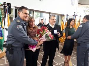 Familiares recebendo a homenagem